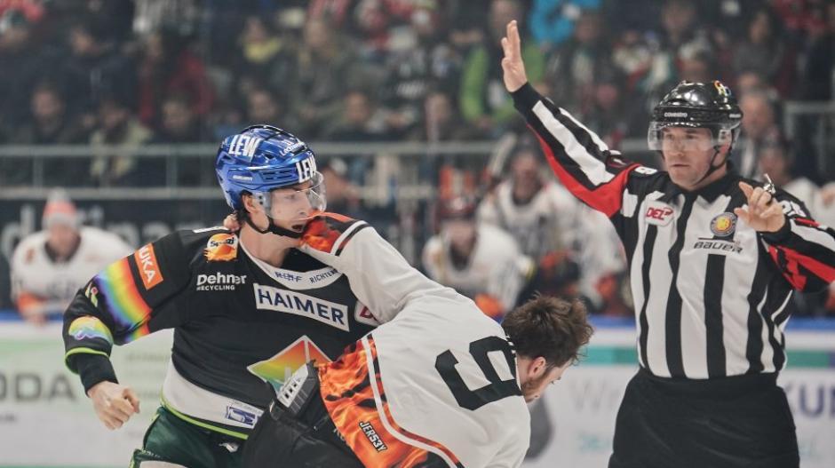 Den Faustkampf gegen Jeff Likens gewann AEV-Stürmer Adam Payerl zwar, das Spiel ging jedoch an die Wolfsburger.