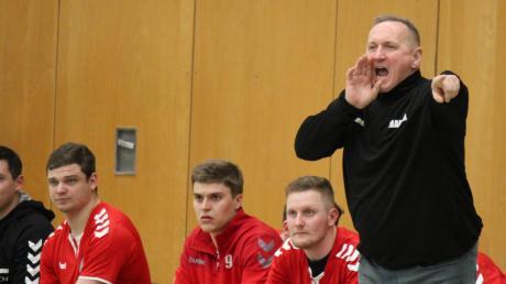 Der Aichacher Trainer Manfred Szierbeck instruierte seine Mannschaft gegen den TSV Haunstetten II. Mit Erfolg – am Ende siegt der Außenseiter dank der besten Saisonleistung mit 25:22 gegen den Tabellenzweiten.
