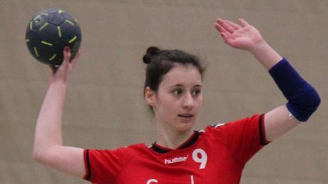Anna Mahl gibt ihrer Mannschaft ein Zeichen um den nächsten Spielzug anzusagen. Am Ende steht für Aichach ein 30:14-Erfolg.