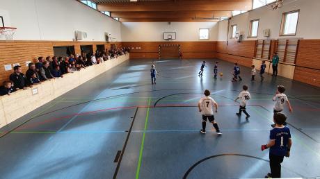So sieht es aus, wenn in der Löpsinger Turnhalle Hallenfußball gespielt wird.