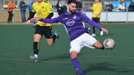 Gabriel Merane (Schwaben Augsburg) kommt unbedrängt von der Gersthofer Abwehr volley zum Schuss.