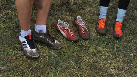 Ob da jemand schon aus den Latschen gekippt ist? Sicher ist jedenfalls, dass beim Crosslauf in Buttenwiesen kein Schuh sauber blieb.