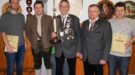 Königsfeier in Utzmemmingen (von links): Markus Emer, Thomas Eichberger, Martin Emer, Klaus Boos und 1. Schützenmeister Michael Zäuner. Foto: Susanne Emer
