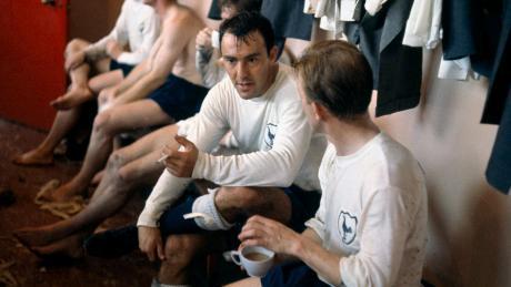 In der Umkleidekabine von Tottenham Hotspur im Jahr 1964: Jimmy Greaves (mit Zigarette) diskutiert seinem Mitspieler Terry Dyson nach dem Spiel gegen  Manchester United.