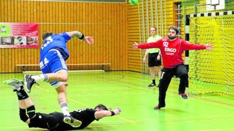 Keine Chance hatten Torhüter Michael Müller und die Abwehr der SG 1871 Gersthofen gegen die Angriffswucht des Kissinger SC. Nach der 22:30-Niederlage schwebt man wieder in Abstiegsgefahr.