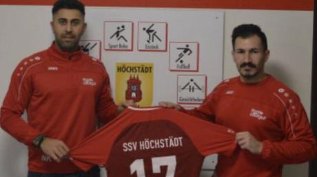 Neuzugang Firat Ece (links) mit SSV-Trainer Ümit Tosun.