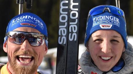 Erik Lesser (l) und Franziska Preuss freuen sich im Ziel über WM-Silber.