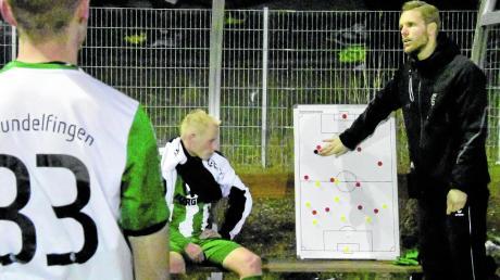 Die Taktiktafel ist für FCG-Trainer Martin Weng (rechts) ein wichtiges Hilfsmittel. Co-Trainer Philipp Schmid folgt den Ausführungen in der Halbzeitpause.