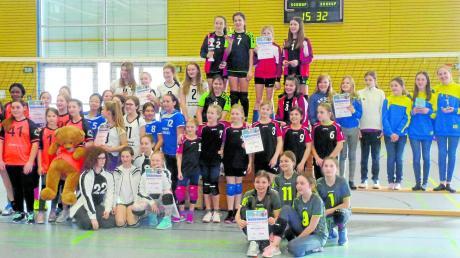Viel los war in der Neuburger Parkhalle: Ein Gruppenbild mit den vier Neuburger Teams und den Siegern aus Kösching, die sich den Wanderpokal sicherten (Mitte).