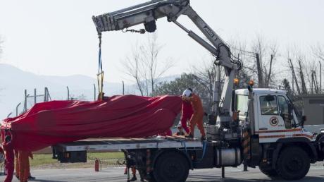 Rückschlag für Ferrari: Der Wagen von Sebastian Vettel musste nach Motorproblemen an den Haken genommen werden.