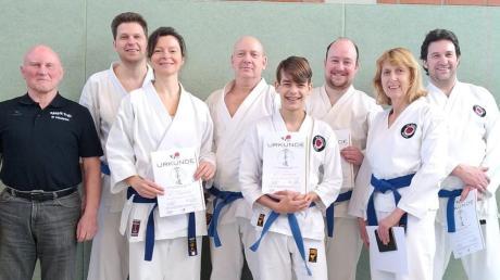 Freude und Erleichterung nach getaner Arbeit: Die Karatekas des Karate-Dojo FC Ehekirchen mit ihren Urkunden nach der erfolgreich abgelegten Prüfung.