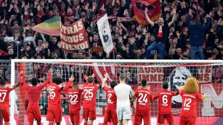 Jubel bei Fans und Spielern: Der FC Bayern hat mit 3:2 gewonnen.