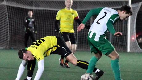 Der TSV Gersthofen mit Manuel Lippe (links) gab im Test gegen den FC Gundelfingen (rechts Michael Grötzinger) keinen Ball verloren.