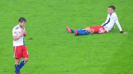 Louis Schaub (l) und Jordan Beyer vom Hamburger SV sind nach der Niederlage konsterniert.