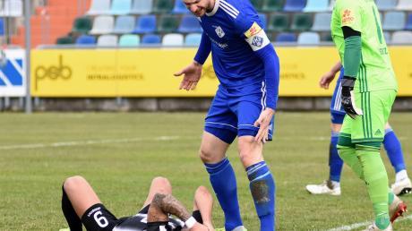 Fußballspiele auf schwerem Geläuf hinterlassen oft schmerzliche Spuren. Hier allerdings sagt Kapitän Marco Steil vom FK Pirmasens dem Ulmer Burak Coban wegen einer vermeintlichen Schwalbe deutlich die Meinung.