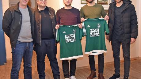 Leiten die Geschicke der Fußball-Abteilung des SV Karlshuld: (von links) Christian Knöferl, 2. Abteilungsleiter Stephan Müller, Claudio Maritato und Nico Ziegler (die beiden Spielertrainer des SVK in der Saison 2020/2021) und Max Seitle. Nicht auf dem Bild ist der 1. Abteilungsleiter Rüdiger Zach.