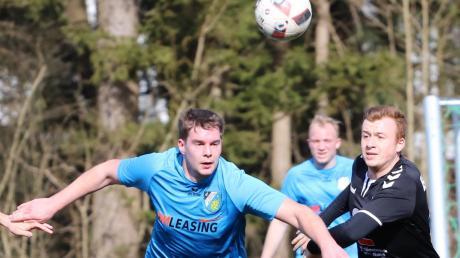 Christian Wagner (VfL Ecknach) ist fixiert auf den Ball im Zweikampf mit Maximilian Drechsler (links) von Aystetten.