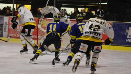Trotz der Dominanz der Wanderers Germering war deren Keeper Daniel Schmidt (weißes Trikot) im Viertelfinale gegen den ESV Türkheim (blaue Trikots) keinesfalls beschäftigungslos.
