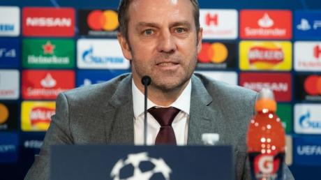 Bayern-Trainer Hansi Flick sitzt an seinem Geburtstag bei der Pressekonferenz zum Chelsea-Spiel auf dem Podium.