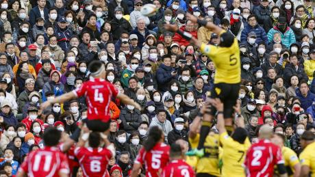 Die meisten Zuschauer eines Rugby-Spiels in Tokio tragen aus Angst vor dem Coronavirus einen Mundschutz. Im Sommer finden dort die Olympischen Spiele statt.