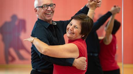 Sie haben gut lachen – Heinz und Petra Bolleininger aus Friedberg zählen zu den besten bayerischen Tanzpaaren in ihrer Altersklasse. Letztes Jahr waren sie auch bei den deutschen Meisterschaften am Start.