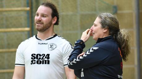 Zum Zuschauen verdammt ist der Raunauer Torhüter Maxi Jekle (hier mit Torwarttrainerin Sylvia Harlander) bis zum Ende der Saison.