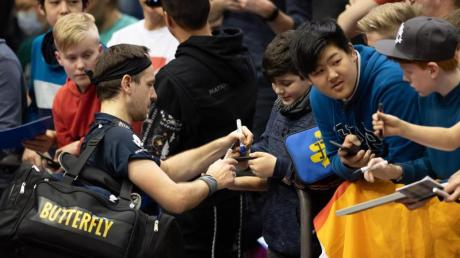 Interviews und Autogramme geben sollten Sportler nach Wettkämpfen meiden, rät ein Sportmediziner: Timo Boll mit Fans.