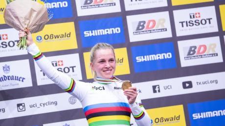 Goldmädchen: Emma Hinze feiert ihre zweite Goldmedaille bei der Bahnrad-WM in Berlin.
