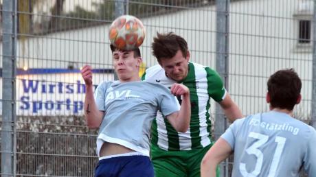 Fabio Kühn (rechts) war im Test gegen den FC Stätzling kaum zu stoppen. Der Gundelfinger Verteidiger erzielte drei Tore.