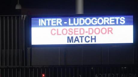 Eine Anzeige im San-Siro-Stadion weist auf den Zuschauerausschluss hin. Das Spiel findet wegen in einem leeren Stadion statt.