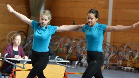 Stefanie Grießer (links) und Josune Wille vom RSV Kissing gewannen die Abstimmung zum Sportler des Monats Januar der Friedberger Allgemeinen.