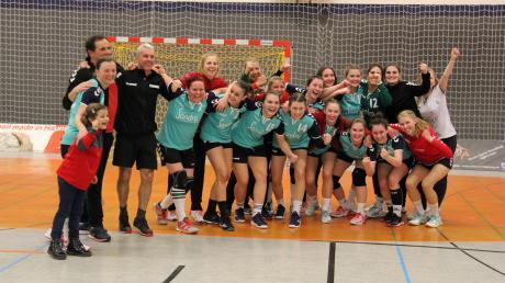 Groß war die Freude bei den Handballerinnen des TSV Aichach nach dem Sieg in Haunstetten. Der neue Tabellenführer ließ sich von seinen zahlreichen Fans, die die Auswärtspartie zum Heimspiel machten, ausgiebig feiern. Die Meisterschaft ist nun zum Greifen nahe.