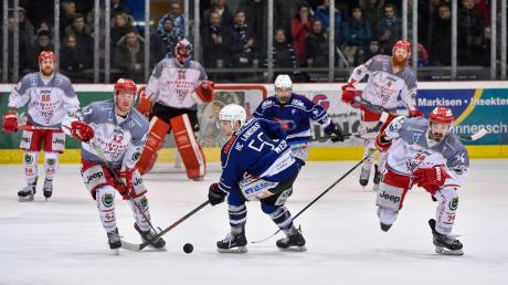 Der HC Landsberg (blaue Trikots, vorne Tobias Wedl, hinten Christopher Mitchell) zeigte gegen Miesbach eine gute Leistung, auch wenn es nicht ganz zum Sieg reichte.