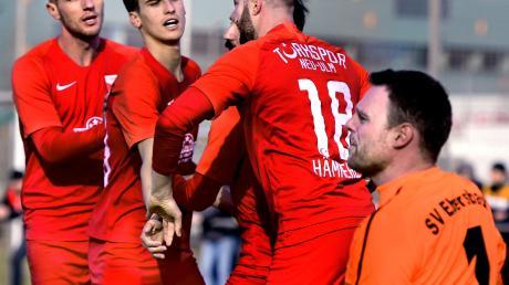 Die Spieler von Türkspor Neu-Ulm freuen sich über den Treffer zum 1:1-Ausgleich durch Alper Bagceci. Am Ende gewannen die Neu-Ulmer mit 3:1.