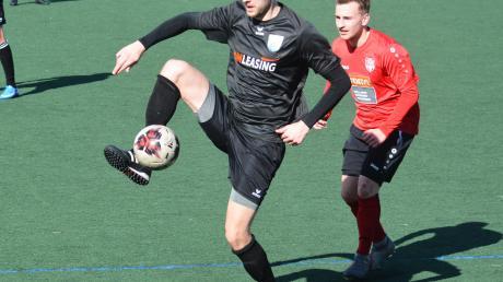 Gute Haltungsnoten legten Florian Britsch und der SV Cosmos Aystetten bei den Testspielen gegen den Bayernligisten TSV Schwabmünchen und den Bezirksliga-Topklub SC Bubesheim auf den Kunstrasen.