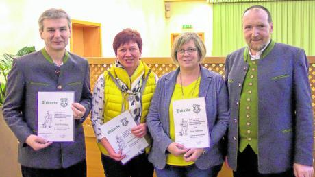 """Vorsitzender Wilfreid Sailer (rechts) mit drei von insgesamt sechs Vereinsmitgliedern, die bei """"Gemütlichkeit"""" Gottmannshofen ausgezeichnet wurden. Von links: Karl Wachinger, Kathrin Demmler und Sonja Schimmer."""