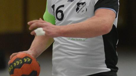 """Überragender Akteur gegen Neusäß: Silviu-Ciprian """"Chippo"""" Ioja, der sich nicht nur hier gegen die gegnerische Abwehr durchsetzen konnte, er war mit zehn Toren am Erfolg des TSV Bäumenheim maßgeblich beteiligt."""