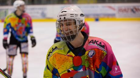 Dennis Sturm – hier im Faschingstrikot, das er mit designet hat – bleibt den Landsberg Riverkings auch nächste Saison erhalten.