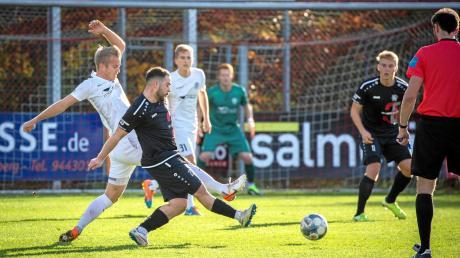 Orkun Tugbay (Mitte, dunkles Trikot) spielt in den Planungen von Landsbergs Trainer Sven Kresin eine wichtige Rolle. Am 7. März starten die Bayernliga-Fußballer in den zweiten Teil der Punktrunde.