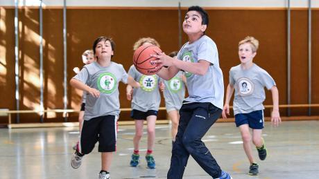 In der Schwäbischen Basketball Grundschulliga treten Dritt- und Viertklässler gegeneinander an. Letztlich geht es in diesem Projekt um Integration und Sozialarbeit, sagen die Organisatoren.
