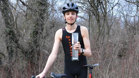 """Der Triathlet Luis Rühl übernahm den Pokal für den ersten Platz im Wettbewerb """"Sportler des Jahres"""" der Donauwörther Zeitung mit Stolz und freute sich über die zahlreichen Stimmen der DZ-Leser."""