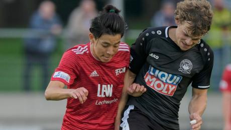 Florian Lamprecht (rechts) im Regionalligaspiel seines neuen Vereins VfB Eichstätt gegen den FC Memmingen (links Natsuhiko Watanabe).