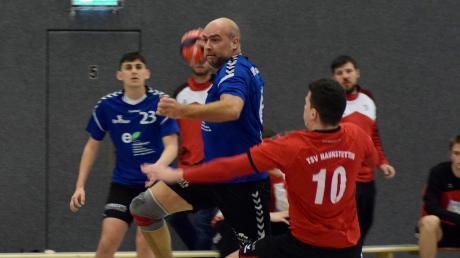 Immer ein harter Brocken für den BHC Königsbrunn ist der TSV Haunstetten (am Ball Sven Bartsch).