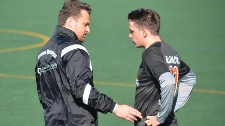 Willkommen zurück! Aystettens Trainer Marco Löring begrüßt zum Start ins Fußballjahr 2020 Mittelfeldstratege Dejan Mijailovic, der im bisherigen Saisonverlauf aufgrund einer Verletzung noch keine einzige Minute am Ball war.