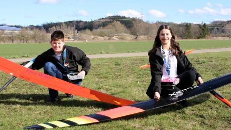 Anna und David Schütz aus Offingen nehmen in diesem Jahr bei der Europameisterschaft im Modellflug in Ungarn teil. Bei der Sportlerehrung in Offingen am Donnerstag waren sie unter den fast 100 Geehrten.