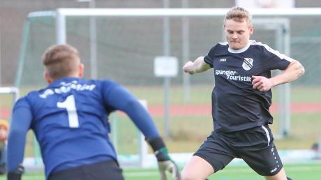 Zug zum Tor: Matthias Rutkowski und der FC Ehekirchen, hier im Testspiel gegen den VfB Eichstätt II, sind mit großen Schritten auf dem Weg zum Klassenerhalt. Am Sonntag empfängt der FCE den Tabellenvierten Geretsried.