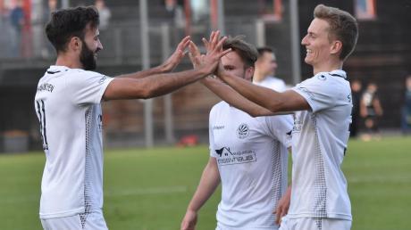 Viel Grund zur Freude hatten die Schwabmünchner Bayernligafußballer, hier Marci Villani (links) und Maik Uhde (rechts) in der Hinrunde. Dies soll sich in der Rückrunde so fortsetzten. Am Sonntag soll gegen die U23 des TSV 1860 München gleich wieder gejubelt werden.