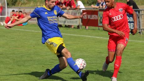 Stefan Neuwirt (links) traf beim 4:2-Sieg des SV Holzkirchen über den FC Maihingen zweimal ins Schwarze.