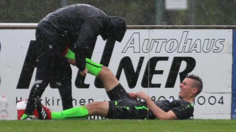 Abwehrspieler Felix Käser, der hier von Co-Trainer Thomas Ranftl versorgt wird, fällt wegen einer Schambeinverletzung mindestens für vier Wochen aus.