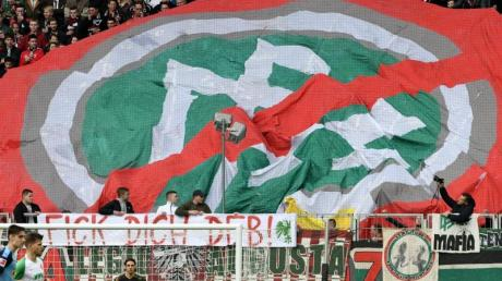 Augsburgs Fans protestieren gegen den DFB.